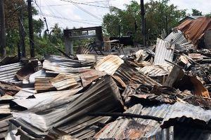 Ngành GD-ĐT Cà Mau hỗ trợ gia đình giáo viên, học sinh bị hỏa hoạn