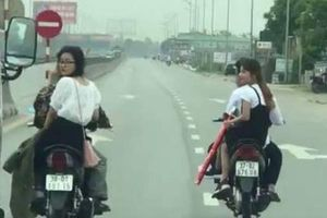 Nam nữ thanh niên 'đầu trần' chạy xe máy hàng ngang, 'đánh võng' trên QL1A