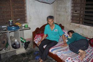 Xót xa gia cảnh người phụ nữ nghèo chẻ hàu nuôi gia đình bị mắc bệnh máu ác tính