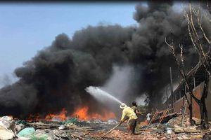 'Bà hỏa' thiêu rụi xưởng phế liệu ở Sài Gòn