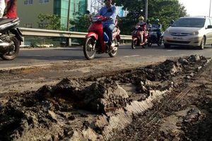 Bùn nhão từ xe ben đổ xuống đường, người đi xe máy trượt ngã