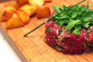 Lạnh gáy với món thịt bò còn sống nguyên đã được dọn lên đĩa