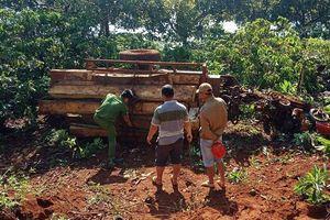 Xe công nông chở gỗ lậu bị lật giữa đường, 3 người thương vong