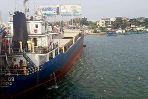 Tàu chở hàng 'khủng' hơn ngàn tấn va vào cầu Đồng Nai
