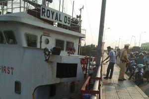 Tàu hàng trôi neo va vào chân cầu Đồng Nai