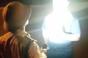 Chuyển công tác CSGT rọi đèn pin vào mặt người dân