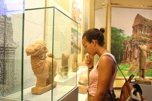 Báu vật khảo cổ học Việt Nam thu hút đông đảo người xem