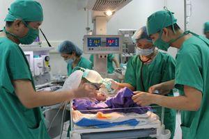 Bác sĩ làm 'cầu vượt' bằng mạch máu độc nhất thế giới cứu bé trai