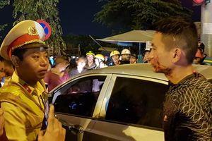 Sau va chạm, tài xế ôtô đánh vợ chồng đi xe máy rồi cố thủ trong xe