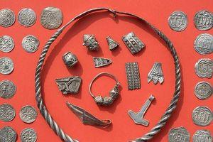 Dò kim loại, vô tình phát hiện kho báu từ thế kỷ 10