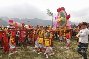 Màn rước sinh thực khí nổi tiếng trong hội Ná Nhèm của người Tày
