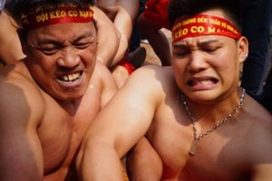Phấn khích xem trai làng mình trần căng sức kéo co ngồi ở Hà Nội