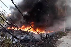 Bãi phế liệu bốc cháy, hàng trăm học sinh phải nghỉ học