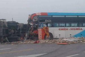 Xe khách va chạm với xe tải bẹp rúm, hàng chục người may mắn thoát chết