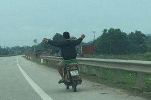 Nam thanh niên đầu trần đi xe máy 'nhảy múa' trên quốc lộ