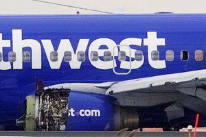 Máy bay dân dụng Mỹ nổ động cơ giữa không trung, một người rơi khỏi cửa sổ