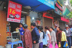 Người Hà Nội xếp hàng dài mua bánh trôi, bánh chay Tết Hàn Thực