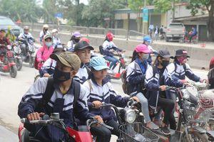 Thót tim cảnh học sinh hồn nhiên 'phi' xe máy, dàn hàng trên quốc lộ