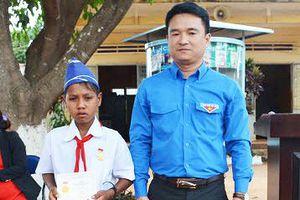 Tặng huy hiệu 'Tuổi trẻ dũng cảm' cho thiếu niên cứu 2 bạn đuối nước