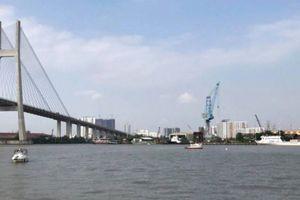 Sà lan 200 tấn bị đâm chìm trên sông Sài Gòn