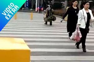 Máy xịt nước vào người đi bộ sai luật ở Trung Quốc