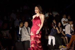Hoa hậu chuyển giới Hương Giang quyến rũ trên sàn catwalk