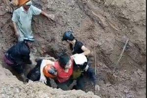 Gần trăm người đào đất cứu sống đôi vợ chồng bị vùi sâu 2 m