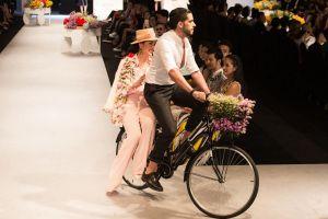 Hoa hậu Phương Lê bất ngờ được trai đẹp chở quanh sàn catwalk