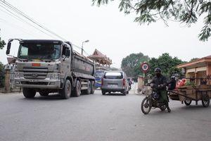 Xe quá tải lưu thông qua đường hẹp