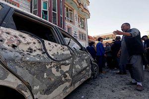 Hiện trường đánh bom đẫm máu ở Kabul, 160 người thương vong