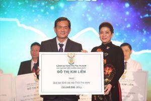 Lãnh sự danh dự Nam Phi trao hơn 5 tỉ đồng cho các quỹ vì cộng đồng
