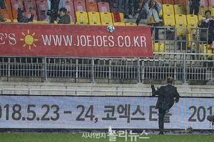 HLV Park Hang Seo đội mưa tặng quà cổ động viên Việt Nam