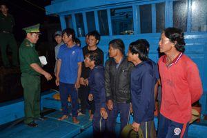 Bị tàu nước ngoài đâm chìm trên biển, 6 ngư dân may mắn thoát nạn