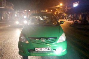 Truy bắt nhóm thanh niên chặn xe taxi và bắn, chém người