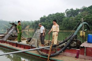 Mật phục bắt 3 tàu khai thác cát trái phép giữa sông