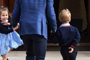 Dân Anh đổ xô mua váy công chúa Charlotte mặc tới thăm Hoàng tử