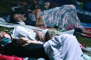 Du khách ngủ la liệt dưới trời mưa lạnh ở Đền Hùng chờ giờ G