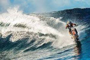 Kinh ngạc với màn lái xe máy chạy phăng phăng trên mặt nước