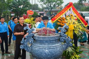 Đoàn đại biểu Tổng LĐLĐVN dâng hương tưởng niệm Cố Tổng Bí thư Nguyễn Văn Linh