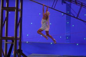 Ariana Grande đi giày 15 cm, tự đóng cảnh mạo hiểm trong MV mới