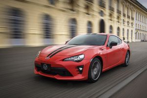 8 chiếc xe thể thao coupe có giá gần tương đương với Toyota Camry