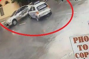 Clip: Hai ô tô đâm nhau như phim tại ngã tư 'tử thần' ở Nam Định