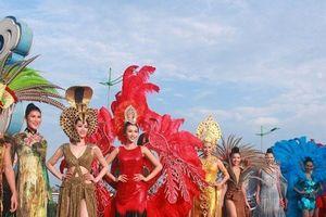 Cầu Nhật Lệ 'thất thủ' trong lễ hội Carnaval Đồng Hới 2018