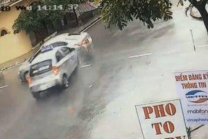 Clip: Kinh hoàng cảnh taxi phóng nhanh, tông trúng ô tô ngay ngã tư
