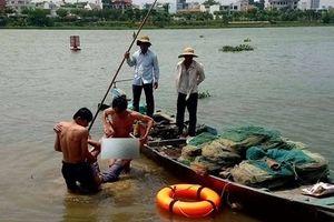 Hai bảo vệ công trình lao mình xuống sông cứu nam thanh niên nhảy cầu tự tử