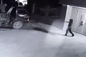 Xôn xao clip dùng súng bắn liên tiếp và đốt xe ô tô trong đêm