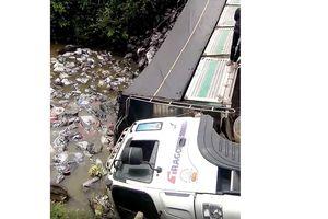 Sập cầu giới hạn 5 tấn do xe 18 tấn chất đầy hàng đi qua
