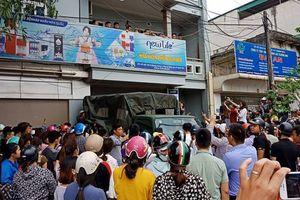 Hàng trăm người dân vây kín ngôi nhà nghi tụ điểm 'Hội Thánh Đức Chúa Trời Mẹ'