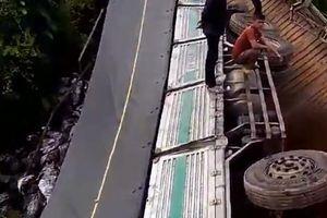 Xe chở quá tải gần gấp 4 lần làm sập cầu, rơi xuống sông