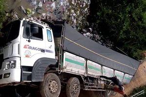 Xe chở gần 20 tấn gây sập cầu tải trọng 5 tấn ở Lâm Đồng